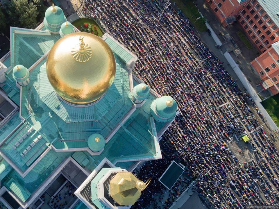 STATISICE ISLAMISTU SE MODLI V CENTRU MOSKVY 1