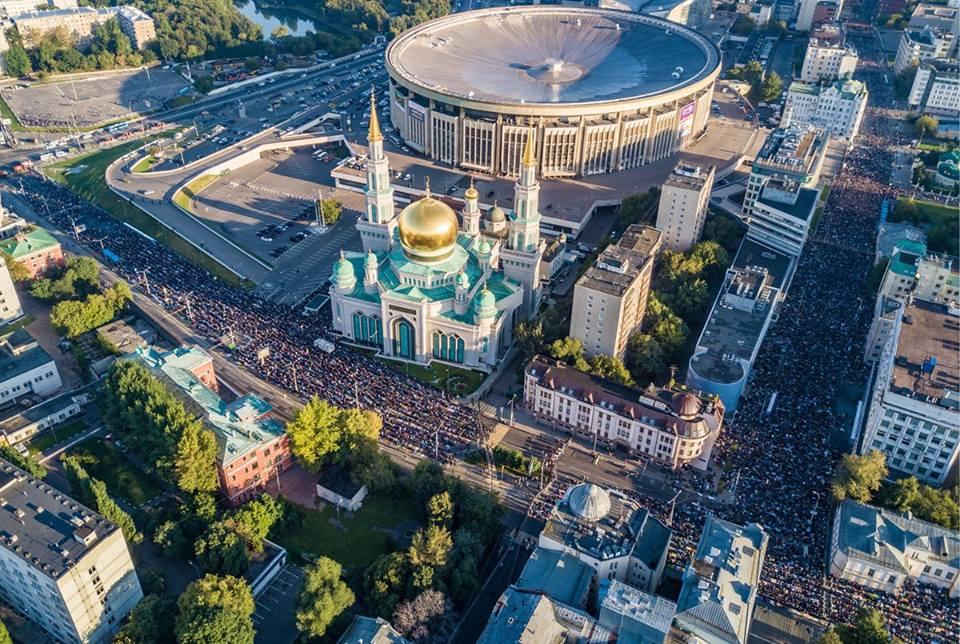 STATISICE ISLAMISTU SE MODLI V CENTRU MOSKVY 2